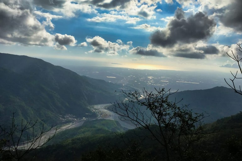 Looking out at the river and plains after climbing down from huyayushan-戶亞宇山