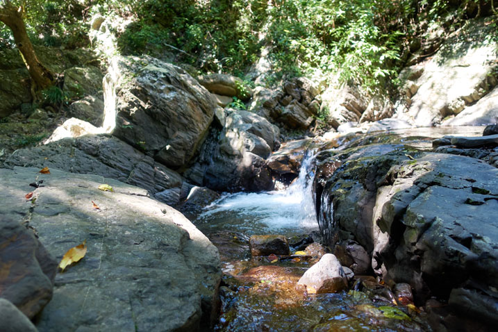 NuRengShan - 女仍山 stream - water flowing down a lot of rocks