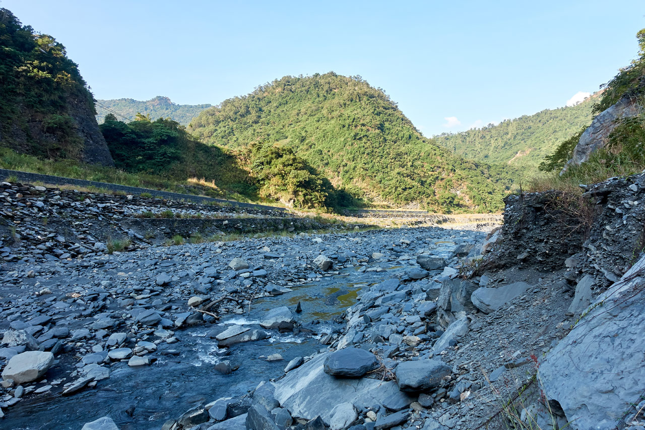 Rocky riverbed with mountains all around - ZuMuShan 足母山