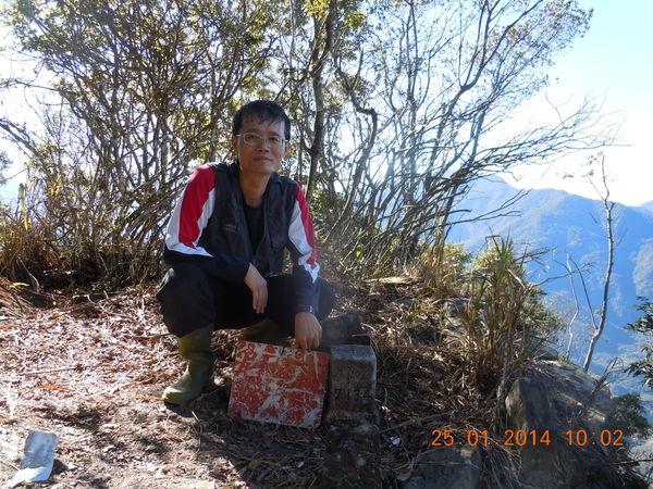 Man standing behind ZuMuShan 足母山 triangulation stone