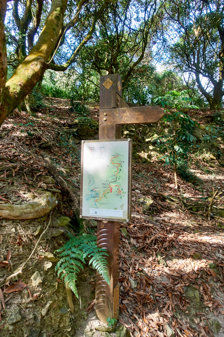 Sign and map on a trail - WeiLiaoShan Hike – 尾寮山