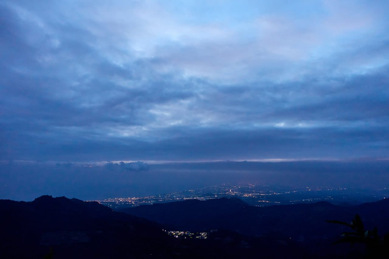 Night picture of lower mountains and clouds and ocean - BeiHuLuShan 北湖呂山
