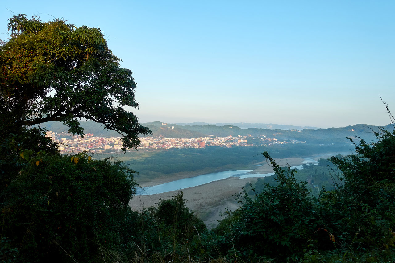 View of river and city from the 旗月縱走