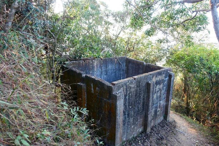 Old concrete water container structure - 旗月縱走