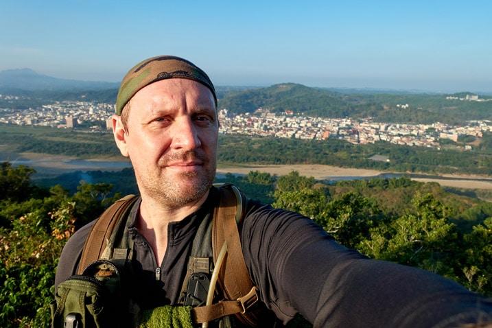 Man taking selfie on mountain ridge - city in background - 旗月縱走