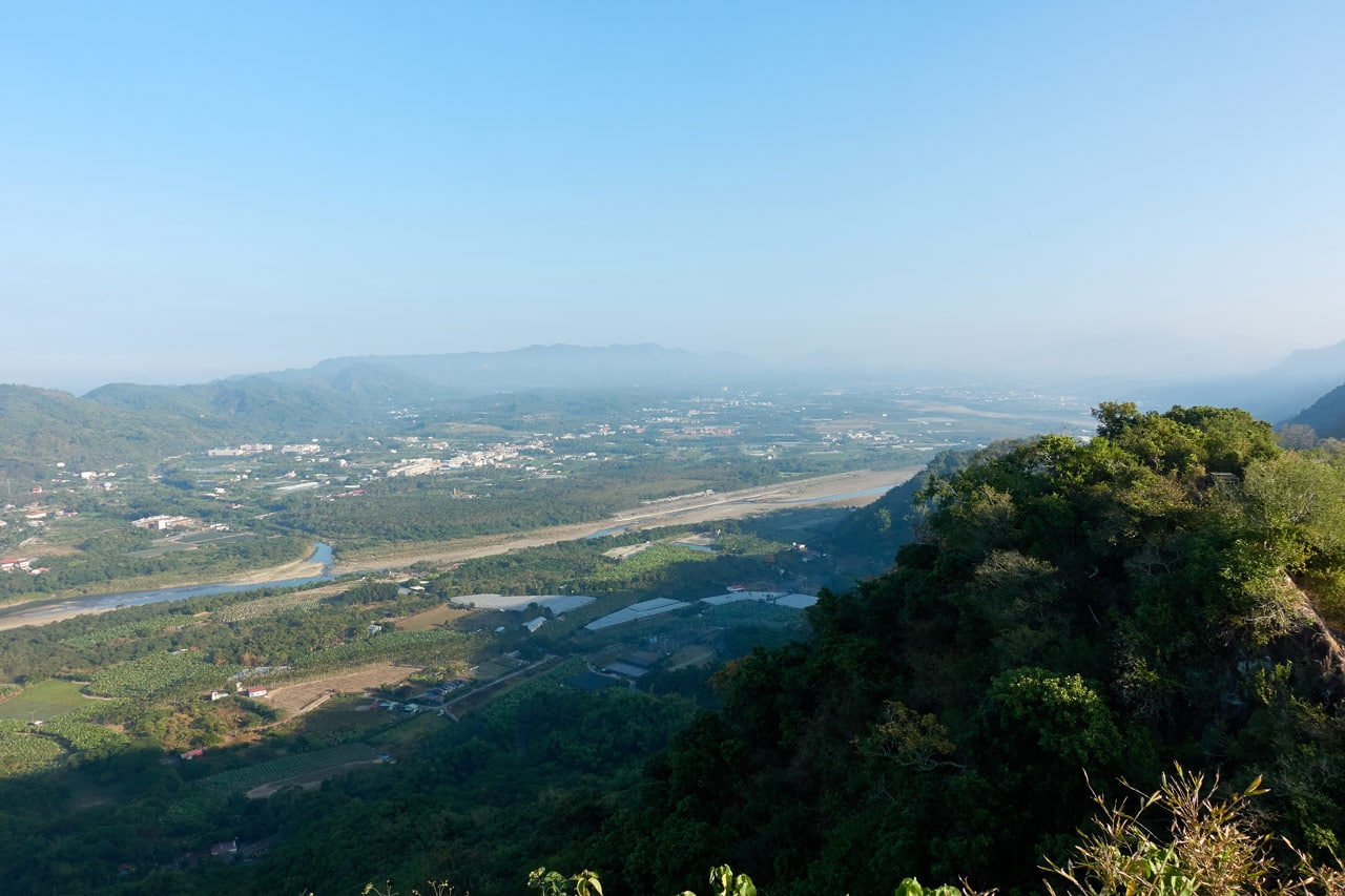 Panoramic view of mountains, river and city below - 旗月縱走 - 旗尾山