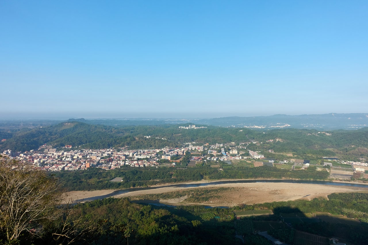 Panoramic view of river and city below - 旗月縱走 - 旗尾山
