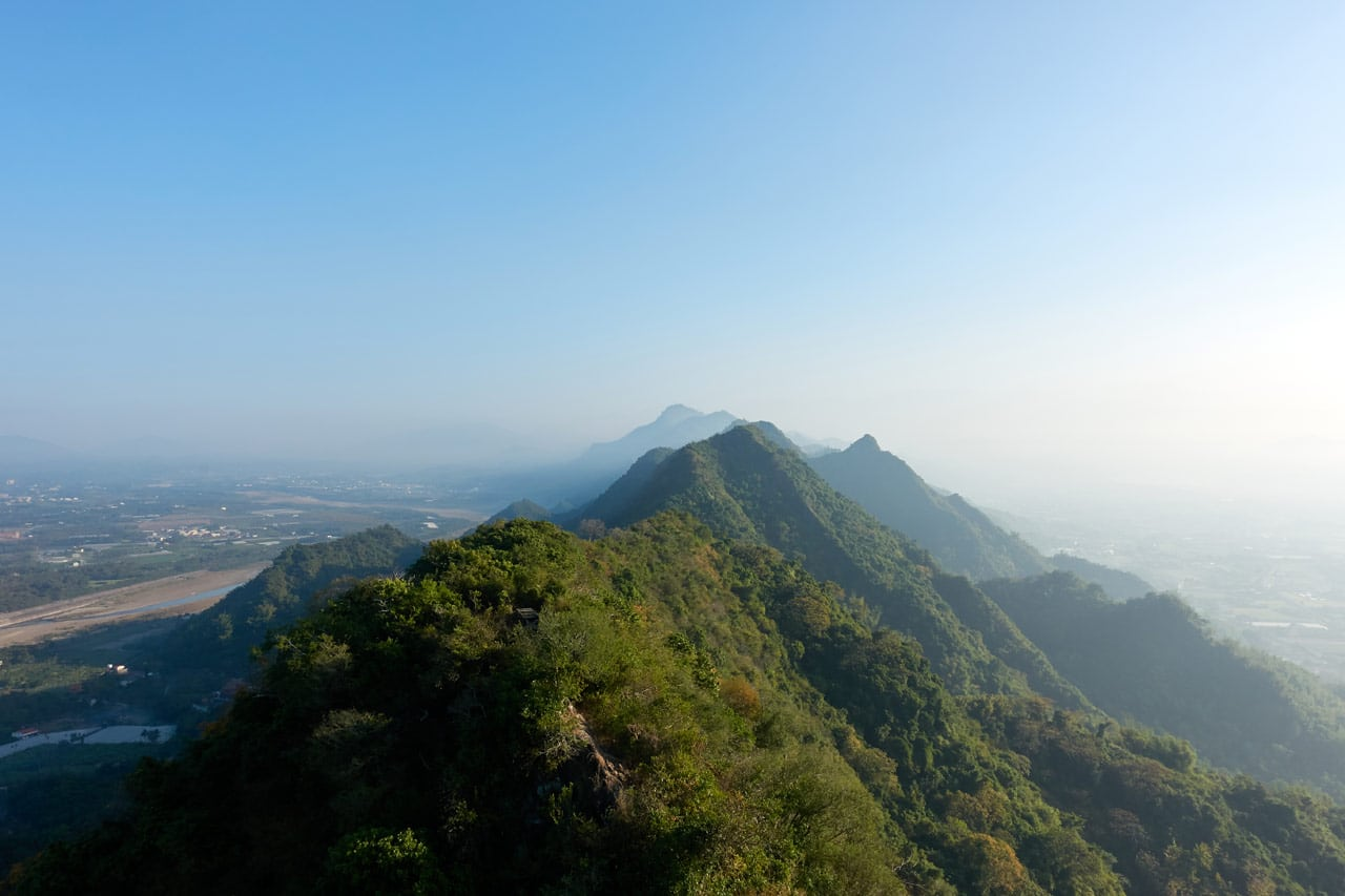 View of jagged mountains and blue sky - 旗月縱走 - 旗尾山