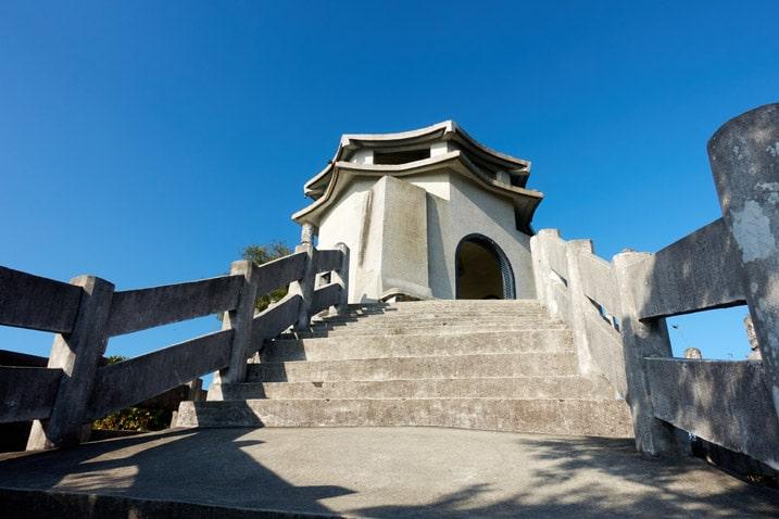 Looking up at a chiang kai-shek copy building - 旗月縱走 - 旗尾山