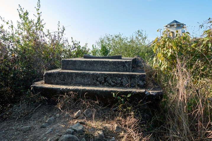 Closeup of concrete stair-like base of something that's now gone - 旗月縱走