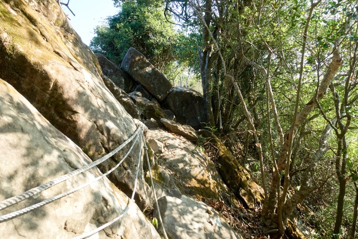 Rockface trail with ropes - 旗月縱走