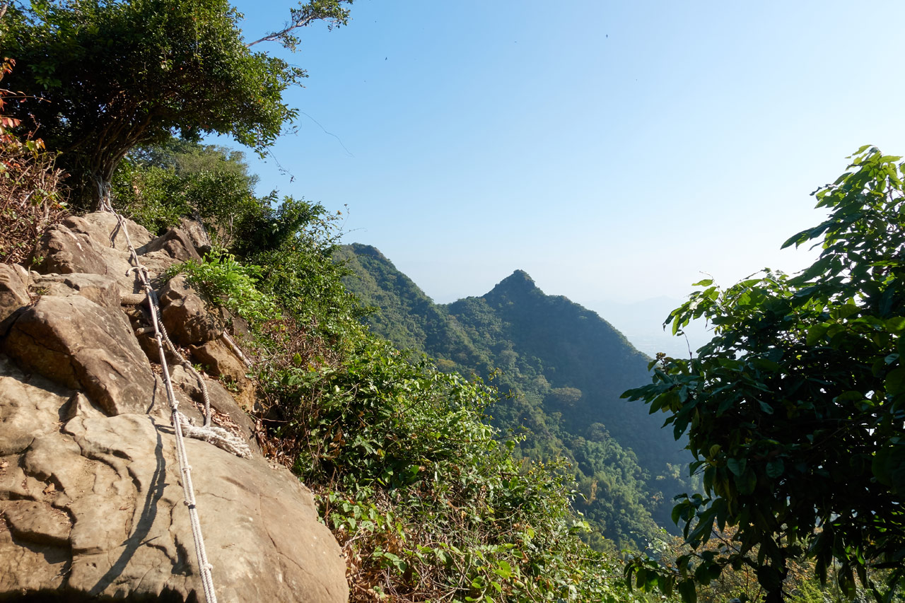 Rocky rope section with mountains in background - 旗月縱走