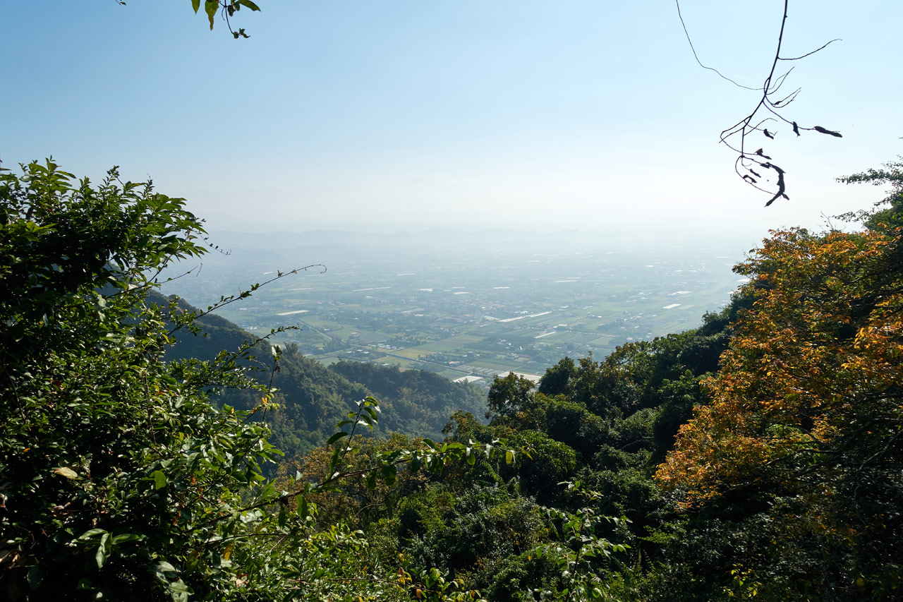 Looking down at hazy farmland from a mountain - 旗月縱走