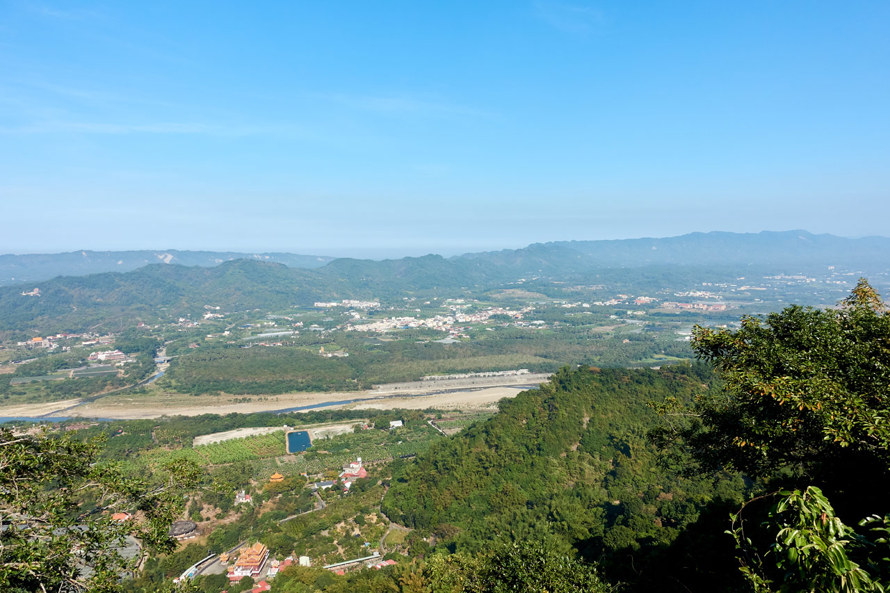 Looking out at river, farmland and mountians - blue sky - 旗月縱走
