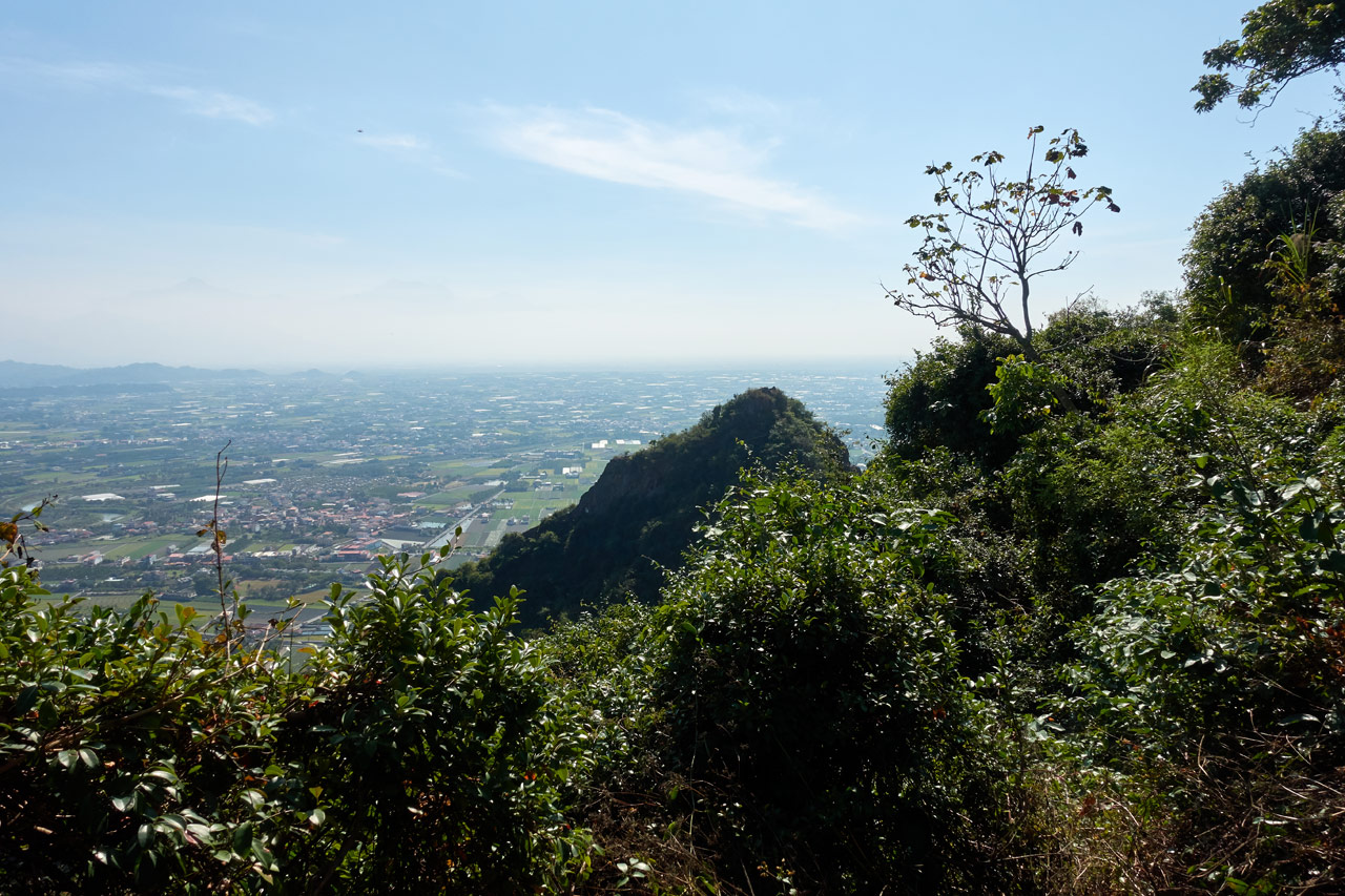 Small mountain peak barely in view - farmland beyond - 旗月縱走 - 金字圓山