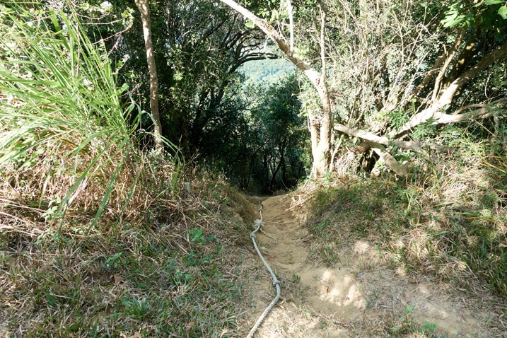 Rope disappearing over edge of steep descent - 旗月縱走