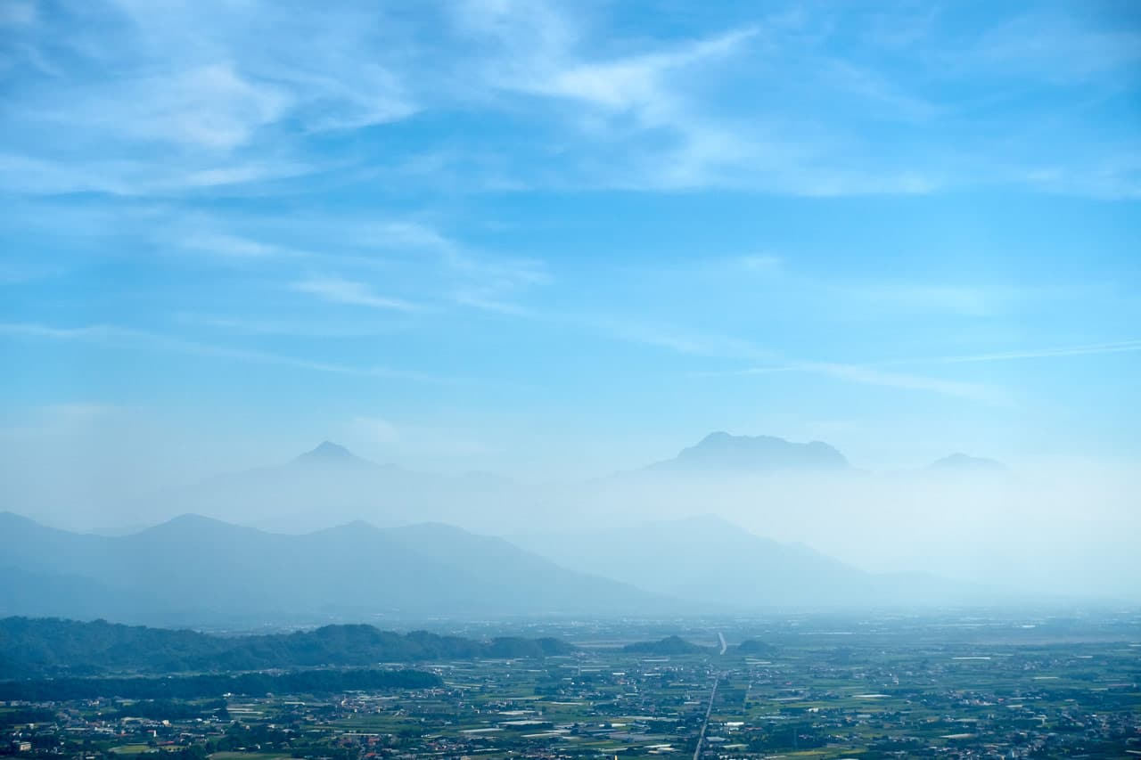 Looking out at farmland and mountains - 人頭山 - 旗月縱走