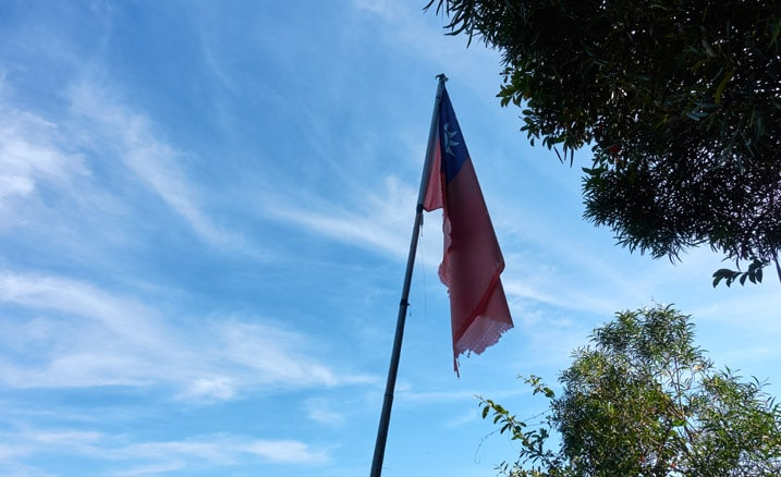 Taiwan flag on bamboo pole - blue sky and clouds - 旗月縱走 - 靈山