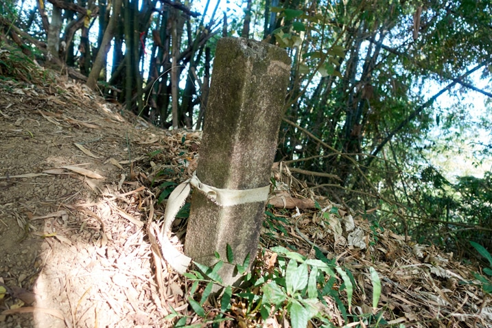 Stone pillar with old ribbon wrapped around it - 旗月縱走