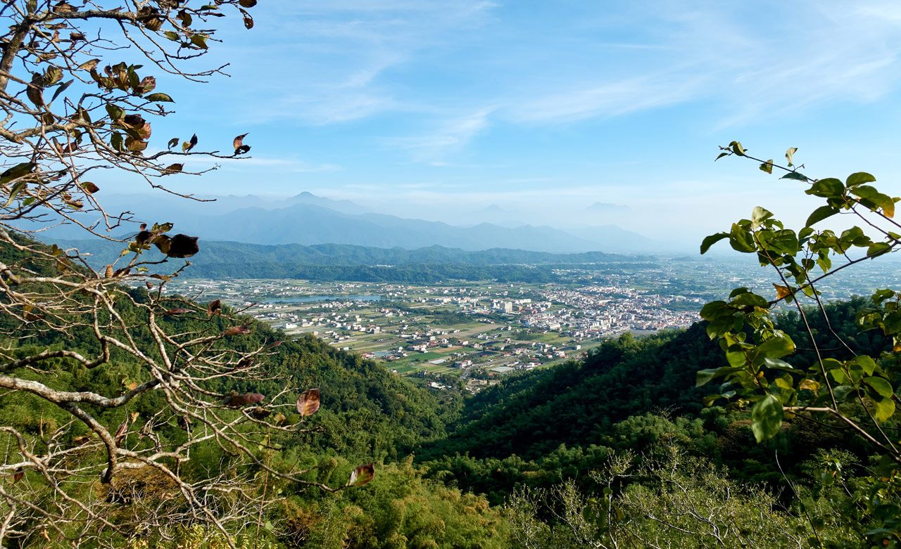 Looking down at farmland and mountains beyond - 旗月縱走
