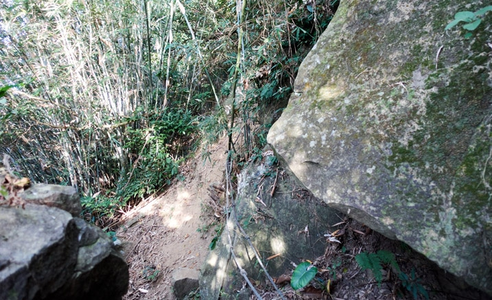 Rocky trail with rope - 旗月縱走