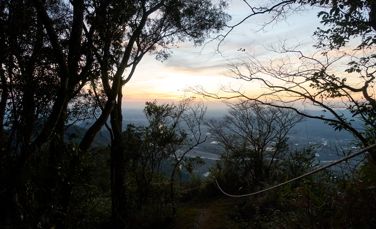 Looking down at trail with rope - nearly dark - 旗月縱走