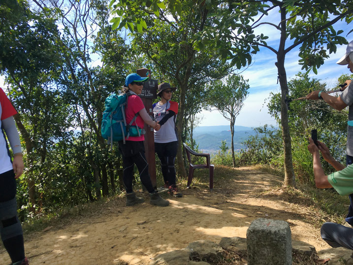 Hikers posing by sign on mountaintop - 人頭山 - 旗月縱走
