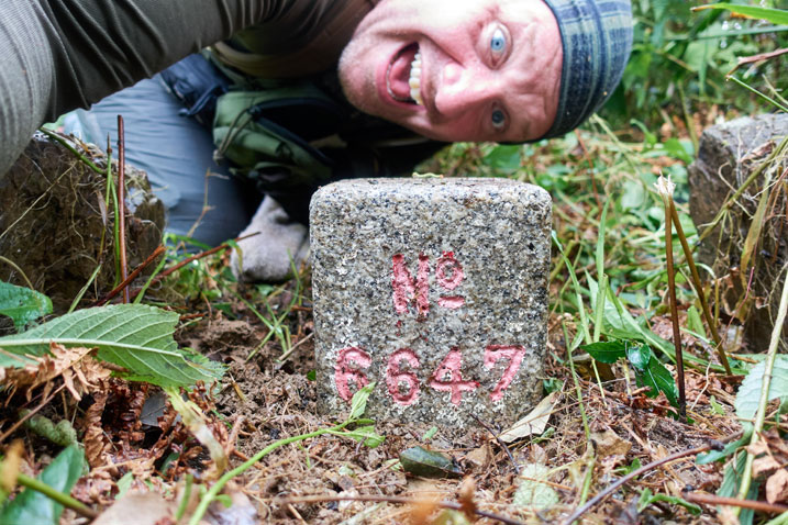 PenMaoLiShan - 盆貿里山 triangulation stone - mane behind it taking selfie - he looks happy