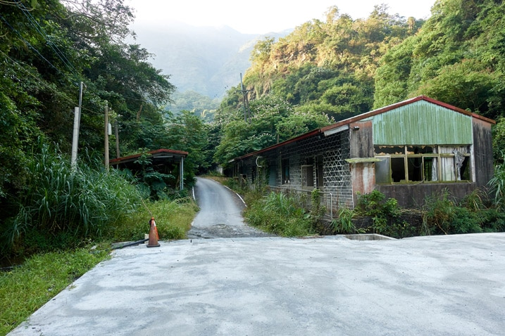 Road coming down into parking lot - old building on side - ZuMuShan 足母山
