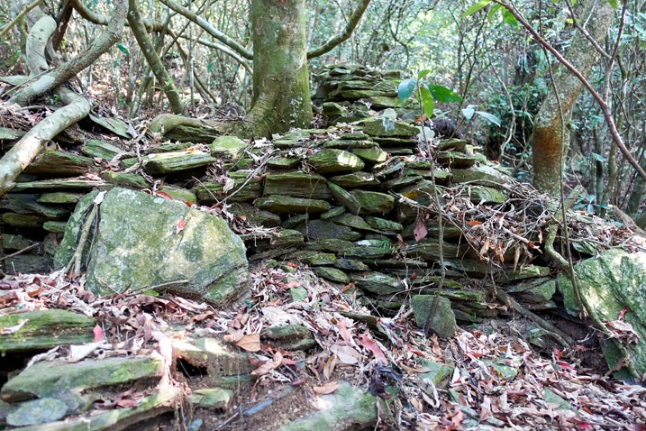 Rocks stacked for unknown purpose - ZuMuShan 足母山