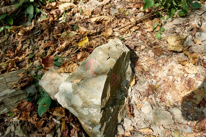 Rock with an arrow and triangle painted on it - WeiLiaoShan Hike – 尾寮山