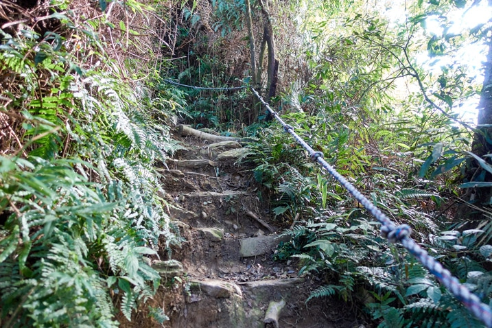 Rocky stairs and rope going up the mountain - WeiLiaoShan 尾寮山 trail