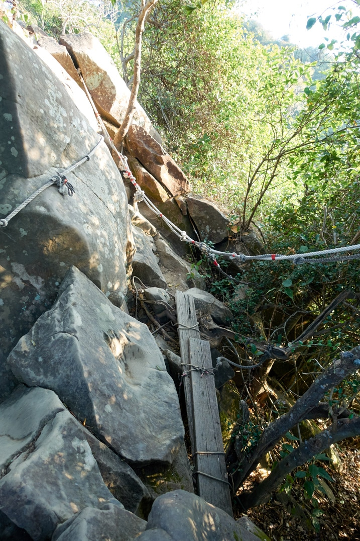 Rocky section of trail with ropes - 旗月縱走