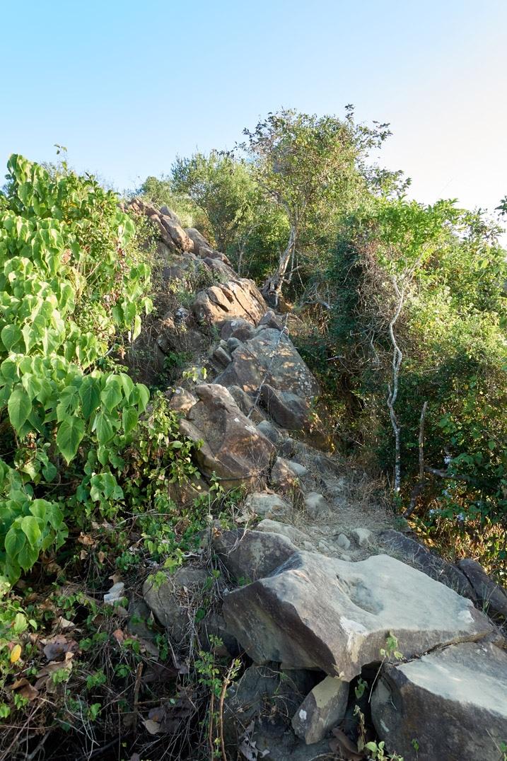 Rocky ridge trail going up - 旗月縱走