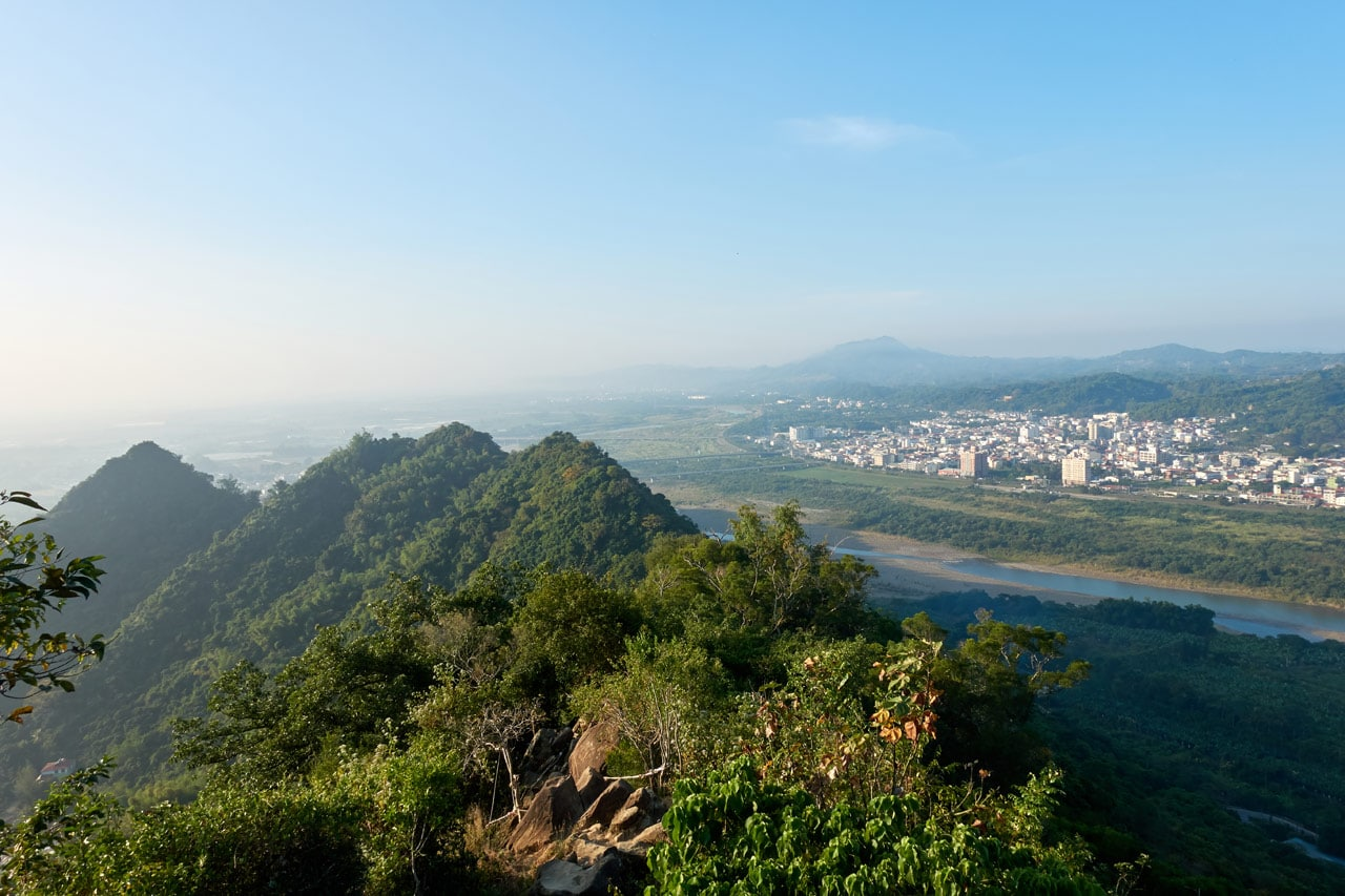 View of mountains and city below - 旗月縱走