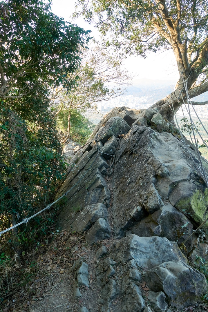 Rocky area with ropes - 旗月縱走