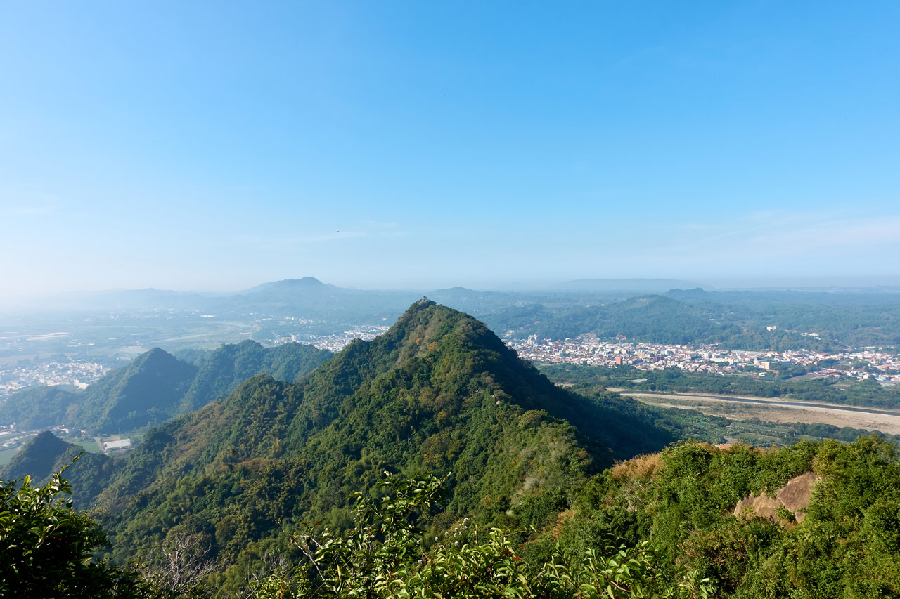 Looking at jagged mountians and blue sky and city - 旗月縱走