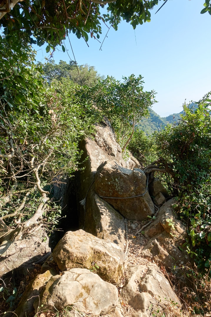 Rocky rope section of trail - 旗月縱走