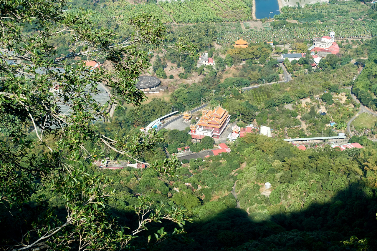 Looking down at temple and farmland from the 旗月縱走 trail