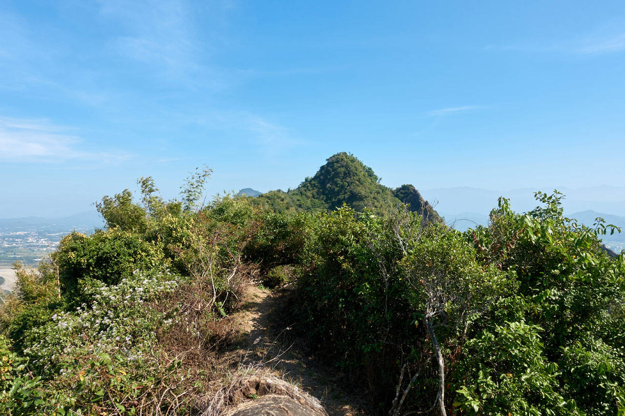 Mountain ridge with peak in the distance - blue sky - 旗月縱走
