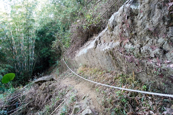 Trail with rope going alongside a rockface - 旗月縱走