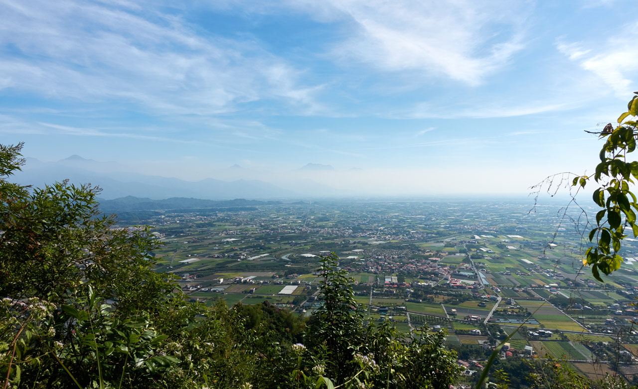 Looking down at farmland and mountains in the distance - 人頭山 - 旗月縱走