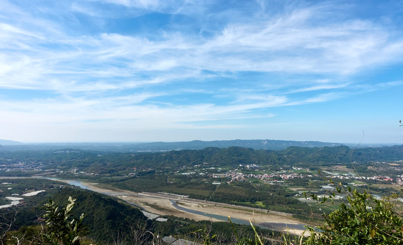 Panoramic view of mountains and river below - 人頭山 - 旗月縱走