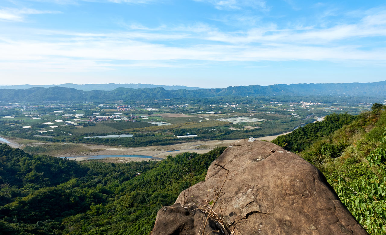 Large stone stickout out over edge - mountains, river and farmland below - 旗月縱走