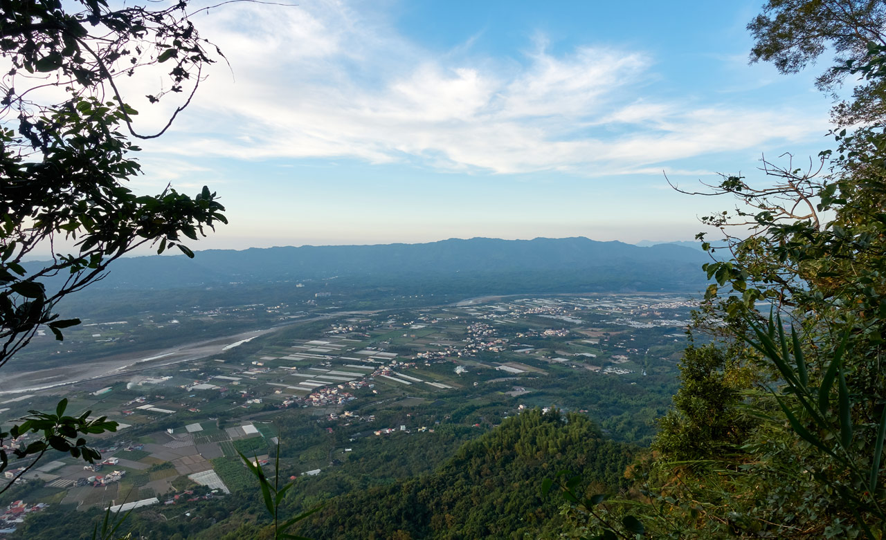 Panoramic picture of mountains and farmland - 旗月縱走 - 月光山
