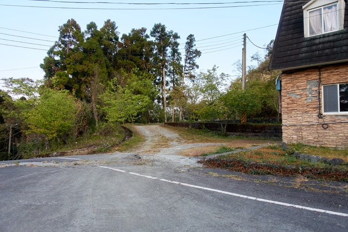 Dirt road coming down to a paved road - 蕃里山 - FanLiShan