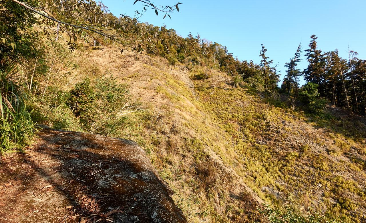 Looking at old landslide from broken road - 蕃里山 - FanLiShan