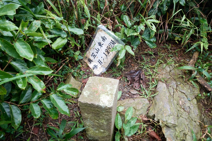 Closeup of triangulation stone for ZhenLiShan Southeast Peak - 真笠山東南峰 - Sign behind it
