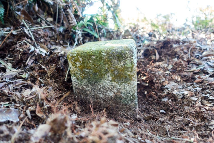 Closeup of LiAYanShan - 里阿岩山 triangulation stone