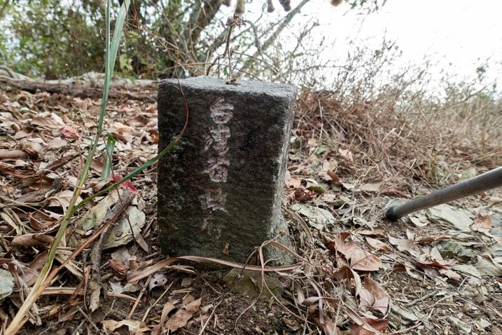 Closeup of triangulation stone for BeiDeWenShanXiFeng - 北德文山西峰
